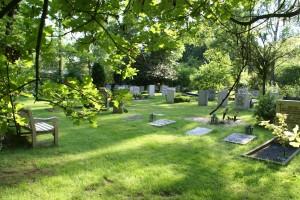 Grafstenen liggen ruim verspreid op de veldjes