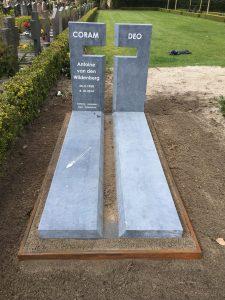Grafsteen hardsteen met kruis